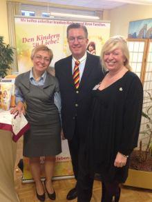 Ester Peter (re.) mit der Gleichstellungsbeauftragten Maria Spetter und Sascha Monath, Förderer von KinderLeben.
