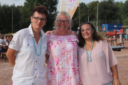 Silvia D. (li. außen) und Jessica G. (re. außen) veranstalteten die Benefizgala zu Gunsten des Fördervereins KinderLeben e.V. Mittig: Ester Peter, 1. Vorstand